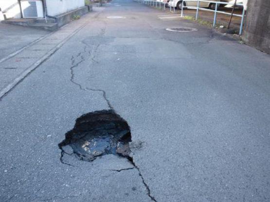道路陥没における路面状況